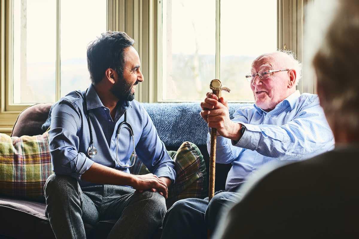 Conociendo más a la persona adulta mayor: ¿Cómo tratarla y comunicarse con ella?